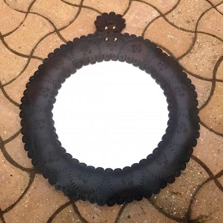 Grand miroir circulaire de style africain en cuir repoussé
