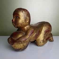 Enfant chinois à la balle en bois doré