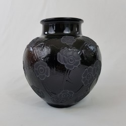 Vase boule en verre noir de style Art Déco motif floral